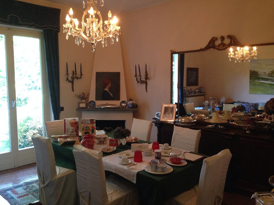La luminosissima sala colazione, con camino per l'inverno e accesso al giardino per l'estate!