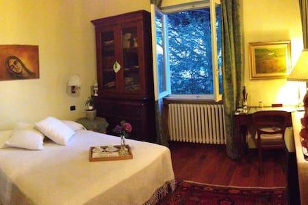 Camera matrimoniale in villa - Comerio - Dom