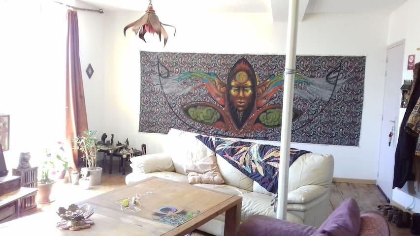 chambre double au sein d'un atelier d'artiste