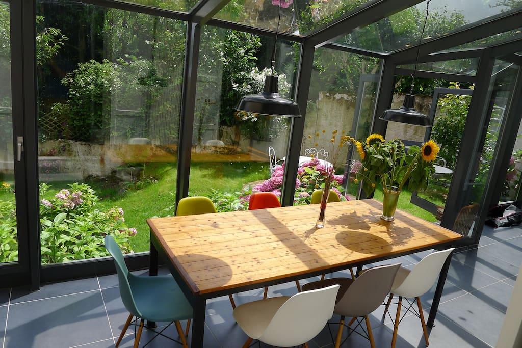 Veranda où vous pouvez prendre votre petit déjeuner/repas car nous vous donnons accès à la cuisine.