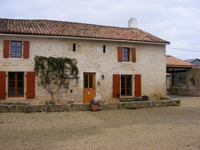 Renovated 14th century farmhouse - Bougon - Casa