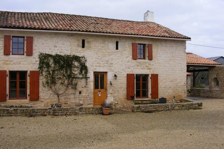 Renovated 14th century farmhouse - Bougon