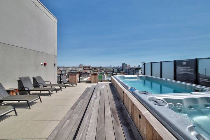 Cozy Old Port + Rooftop Pool &Hot Tub *OPEN*