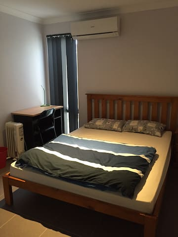 Thornlie Qomfy Queen Bedroom near train station - Thornlie - Huis