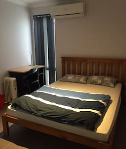 Thornlie Qomfy Queen Bedroom near train station - Thornlie