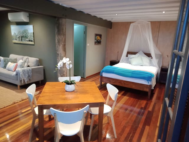 Earl Hill Lodge - a cosy tropical retreat for two