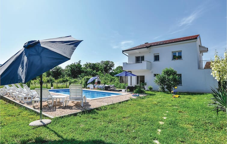 Holiday cottage with 4 bedrooms on 152m² in Prolozac Donji