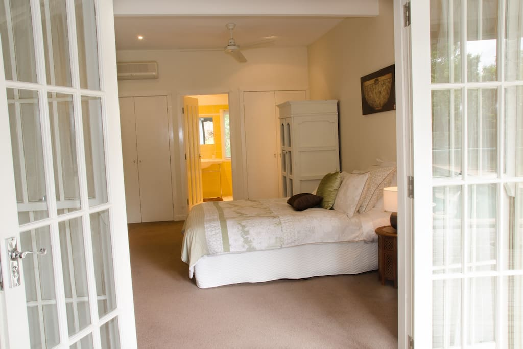 Queen Room with vintage theme, ensuite with spa and pool & garden views