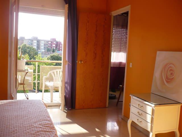 Habitación doble con baño privado y balcón - Figueras - Apartamento