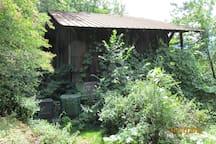 A proximité, la grange à feuilles et le compostage