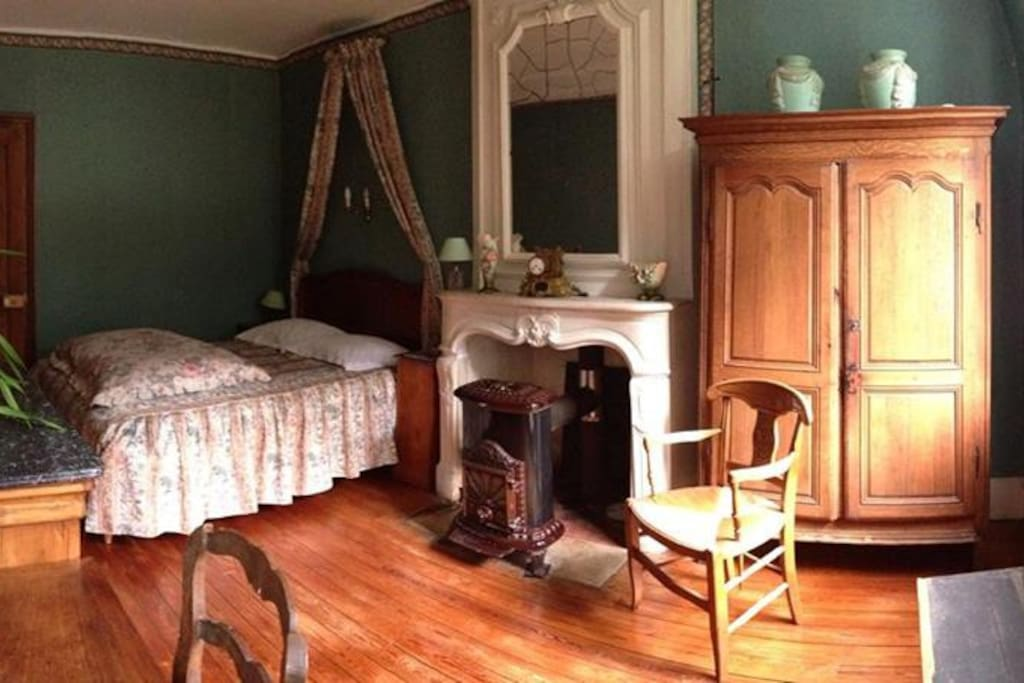 Chambre verte au chateau bed breakfasts for rent in for Chambre a part couple