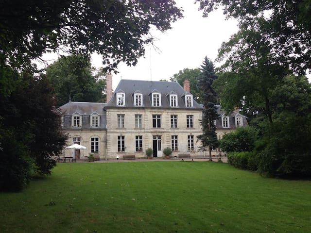 Le château au milieu des arbres