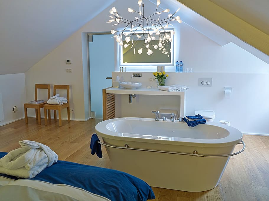 Standalone bath tub integrated in the bedroom.