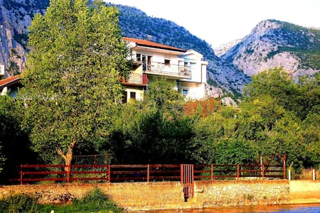 Charming Villa Basic Rooms - Blagaj - Huvila