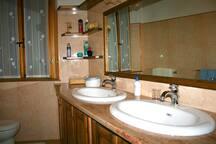 bagno indipendente con vasca da bagno