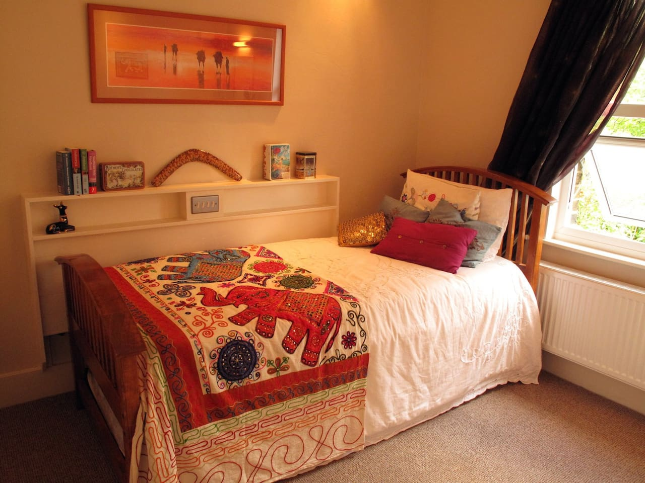 Bedroom, single bed(extends to double)