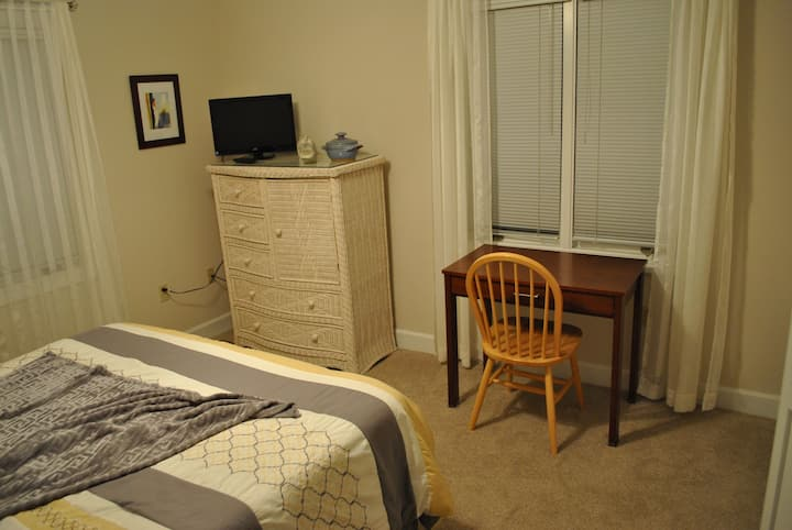 Comfortable 1st floor room, hosts on premises