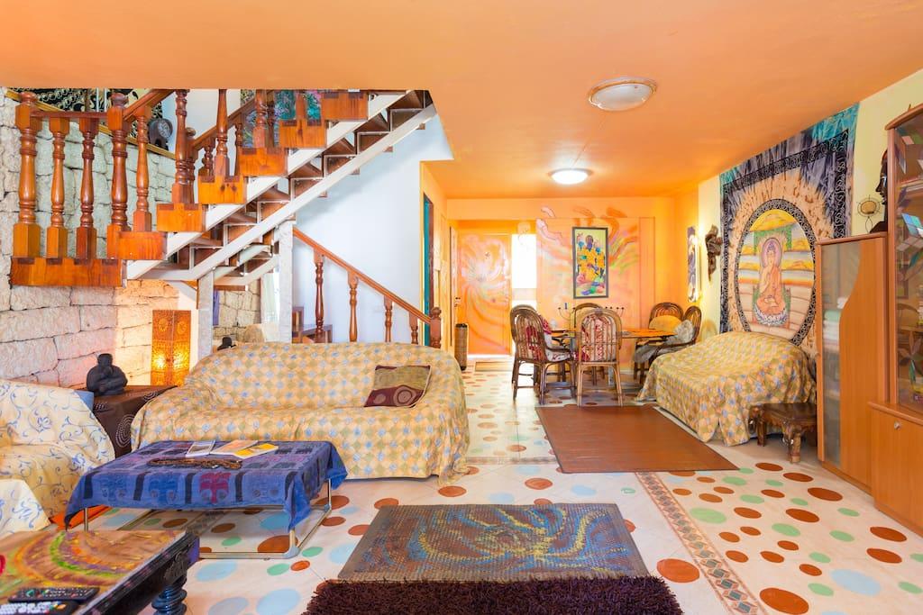 Comedor con escaleras para los dormitorios y baños. Living room with stairs to bedrooms and bathrooms.