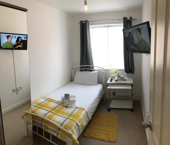 Near Festival Way Leisure Park - Smart Single Room