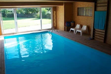 Chambre dans maison avec piscine - House