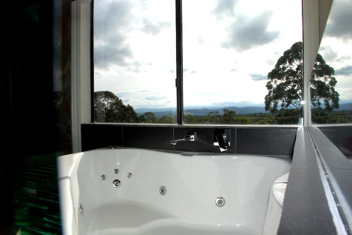 Romantic Getaway, Spa & Fireplace - Badger Creek