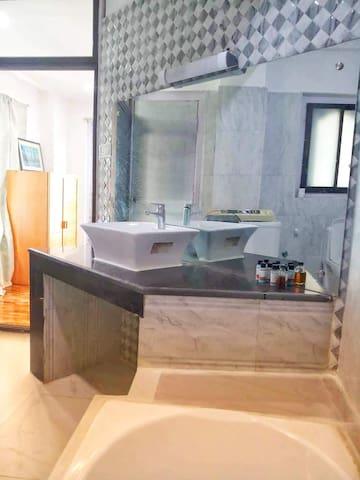 Wash basin and bathtub in master bedroom toilet