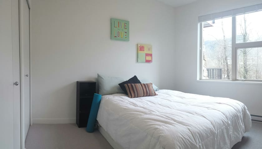 Private room and bathroom for adventure seekers - Squamish - Apto. en complejo residencial