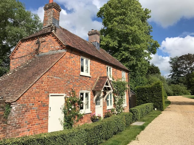 Cosy, adorable cottage in glorious countryside