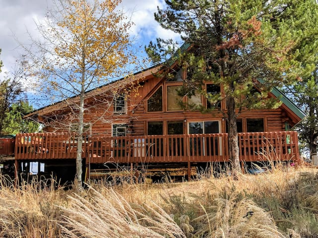 Mountain Cabin w/ Hot Tub & Views - Memory Maker!