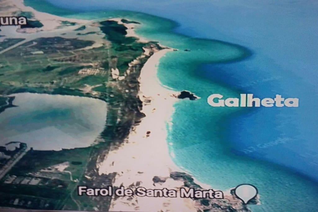 Várias praias, lagoas e rios no local. Entre Laguna e o Farol de Santa Marta.