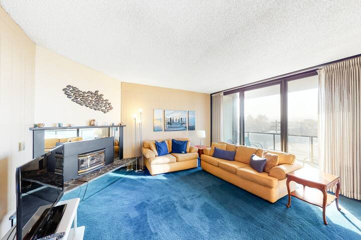 Lovely condo with ocean/mountain views - across from the beach!