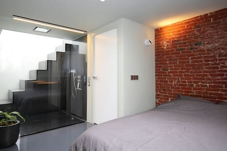 Design studioroom with PRIVATE bathroom & entrance - Amsterdam - Bed & Breakfast