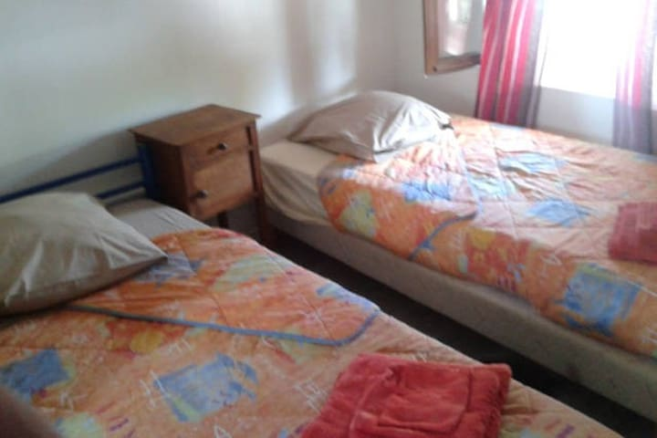 chambre n 1 avec   2 lits sdd etwc - Saint-Aquilin-de-Pacy - Byt