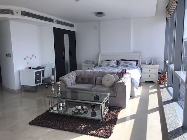 Bright and spacious studio flat in DIFC