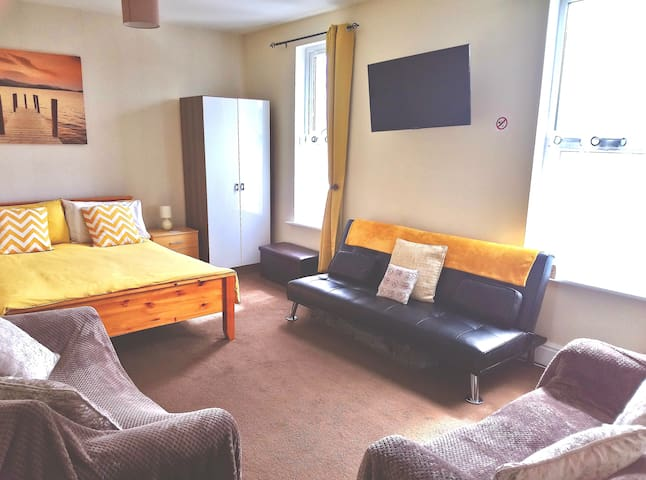 Private Room in Shared Flat near town & transport.