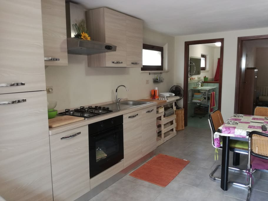 Cucina con frigorifero,piano cottura,forno,microonde,stoviglie