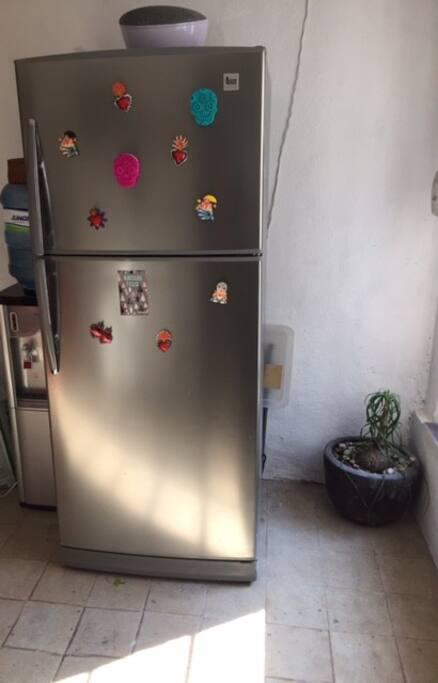 Tienes acceso a una charola del refrigerador.