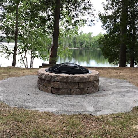 Une roulotte de camping située au Lac Beaulieu.