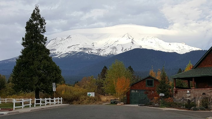 Downtown Mt Shasta Room C From $65
