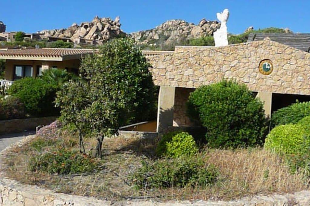 accesso da Via Lu Ciuoni, l'appartamento Sole 2  si trova  esattamente sotto l'aquila di granito.
