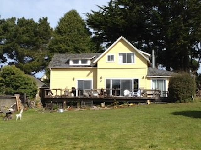 Mendocino Beach House with Ocean View & Beach Path