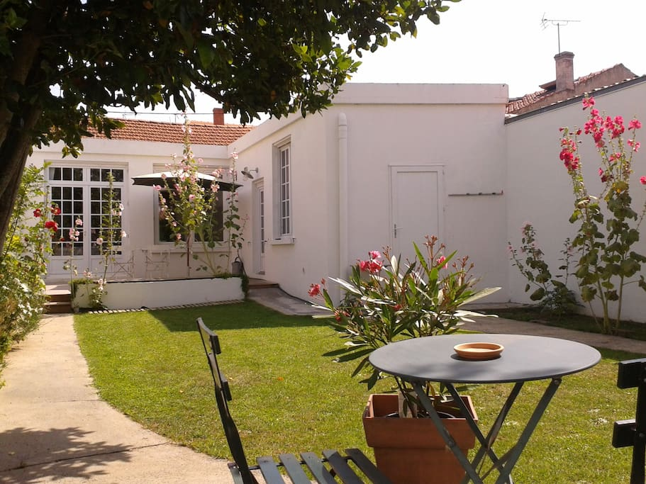 Maison centre ville la rochelle avec jardin houses for - Terrasse jardin botanique montreal poitiers ...
