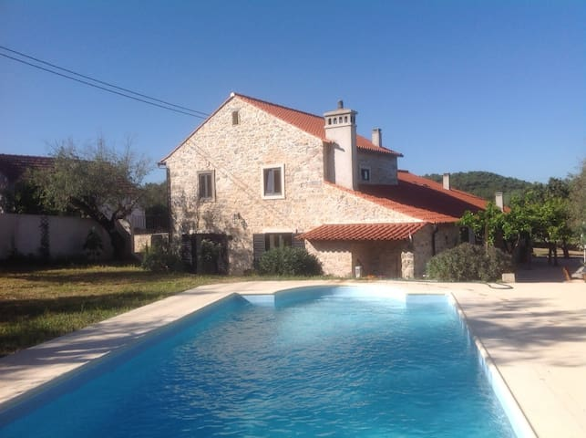 Farmhouse for 12 guests with pool - Avecasta