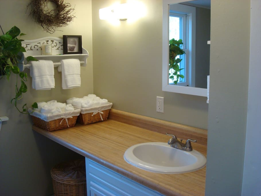 Large bathroom with linens and beach towels included.