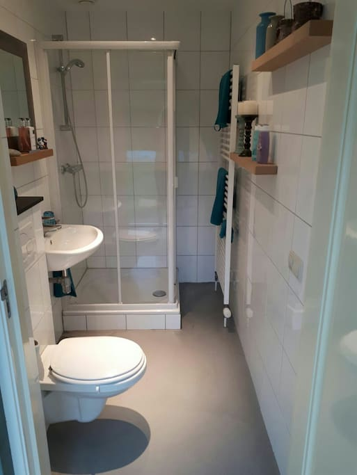 Privé badkamer inclusief handdoeken en douchegel.