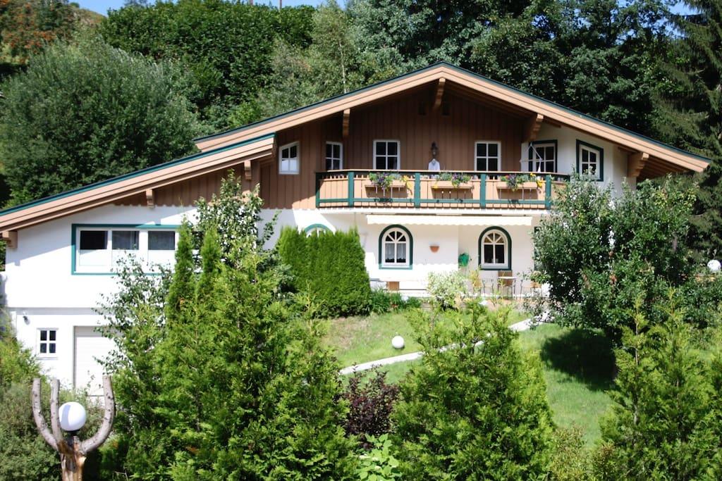 Luxurös-gemütliche Wohnung im OG mit großem Balkon und phantastischer Aussicht!