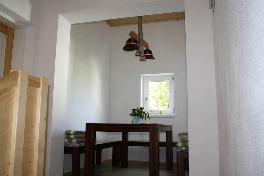 Die gemütliche Leseecke im ehemaligen Schlauchturm mit Helm-Lampe