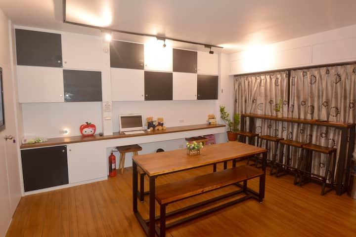 羅東(巢28)5房包棟旅宿 ,位於羅東市區,最多可容納21人,10人即可包棟。