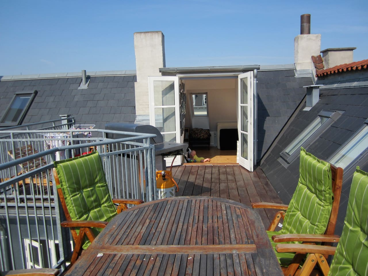 Roof terrace 22 sqm. Space for 8 dining persons, and a nice view over the city. Two sunbeds and a parasol as well.