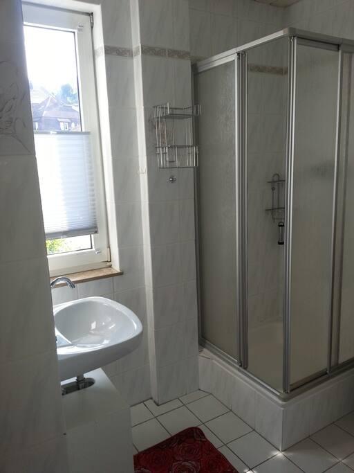 Das Tageslicht Bad mit Dusche und WC